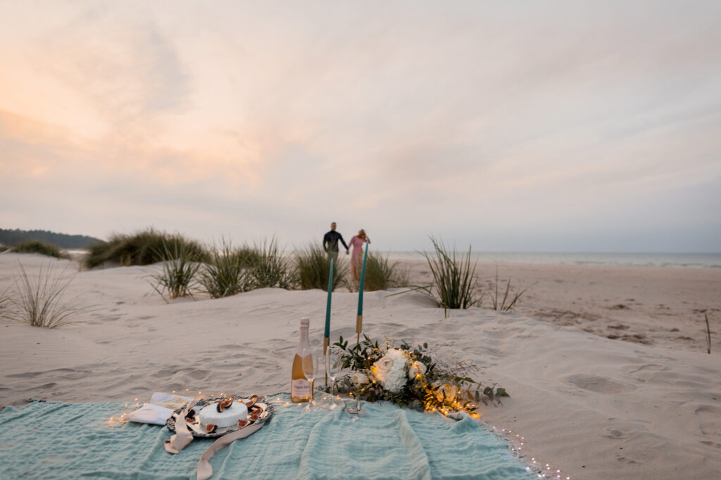 inspirational timelines and couple walking over sand-dunes on the beach with a stunning picnic in Fårö, Gotland