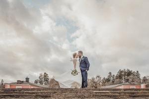 Stormy wedding portrait by Ekoluslunds castle