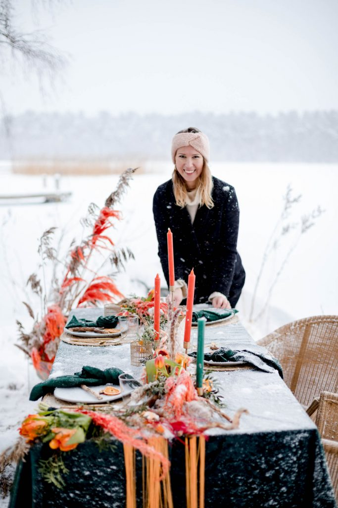 Weddingplanner standing by a table filled with snow