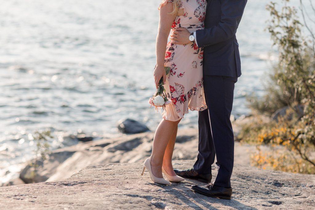 Engagement shoot on the cliffs of fjäderholmarna