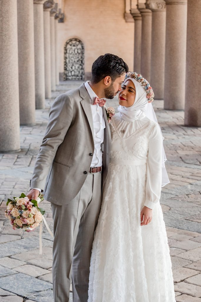 Wedding couple at the cityhall in Stockholm, stadshusbröllop par som kysser varann