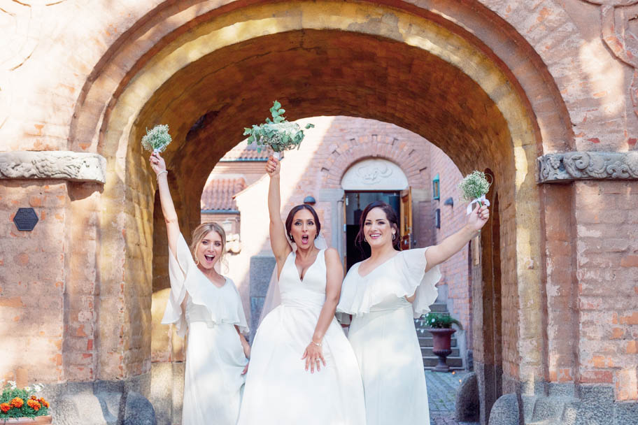 Narrow down your guest list and bridal tribe posing