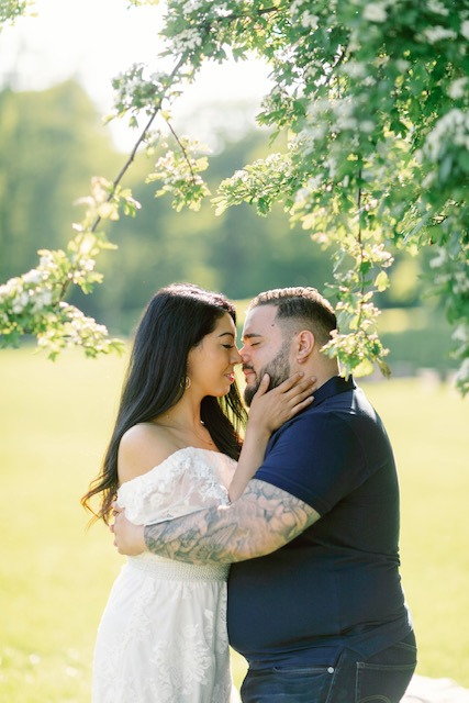 elopement couple session under the tree kissing