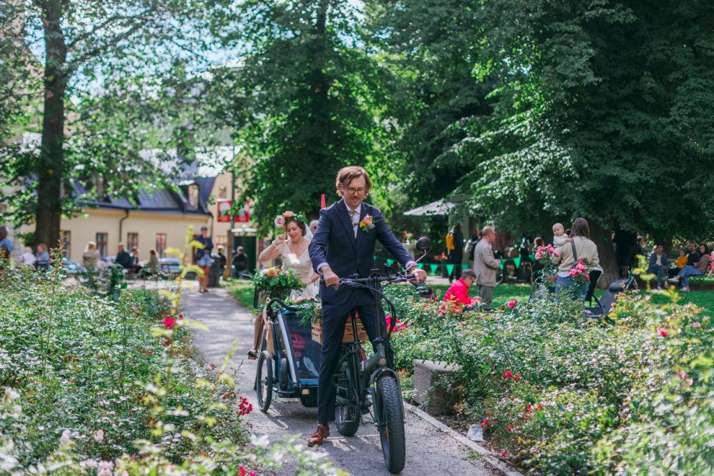 adventure elopement getting ready to bike in park in stockholm