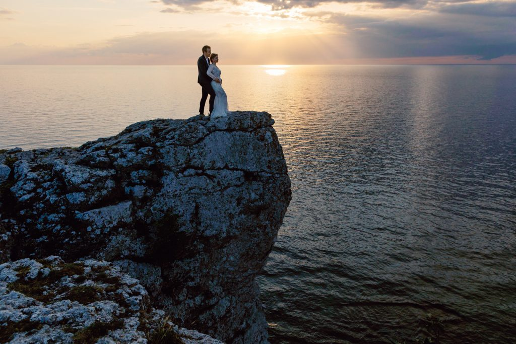 inspirational editorial Gotland Högklint, Visby couple standing in sunset on a cliff