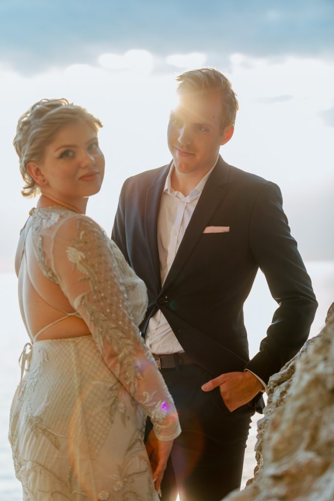 inspirational editorial Gotland visby couple standing under a cliff in backlight